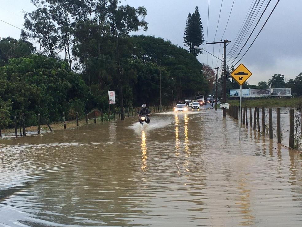 Rio Forquilhas, em São José, na Grande Florianópolis, transbordou na manhã desta quarta-feira — Foto: Ana Vaz/ NSC TV