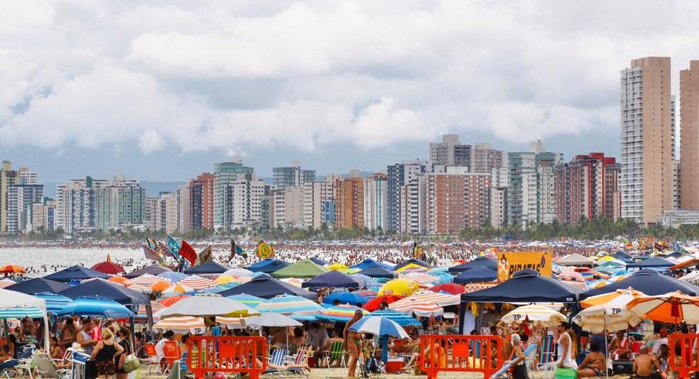 Cidade deixou praias liberadas e teve grande movimento no primeiro dia do ano — Foto: Vanessa Rodrigues/ A Tribuna Jornal
