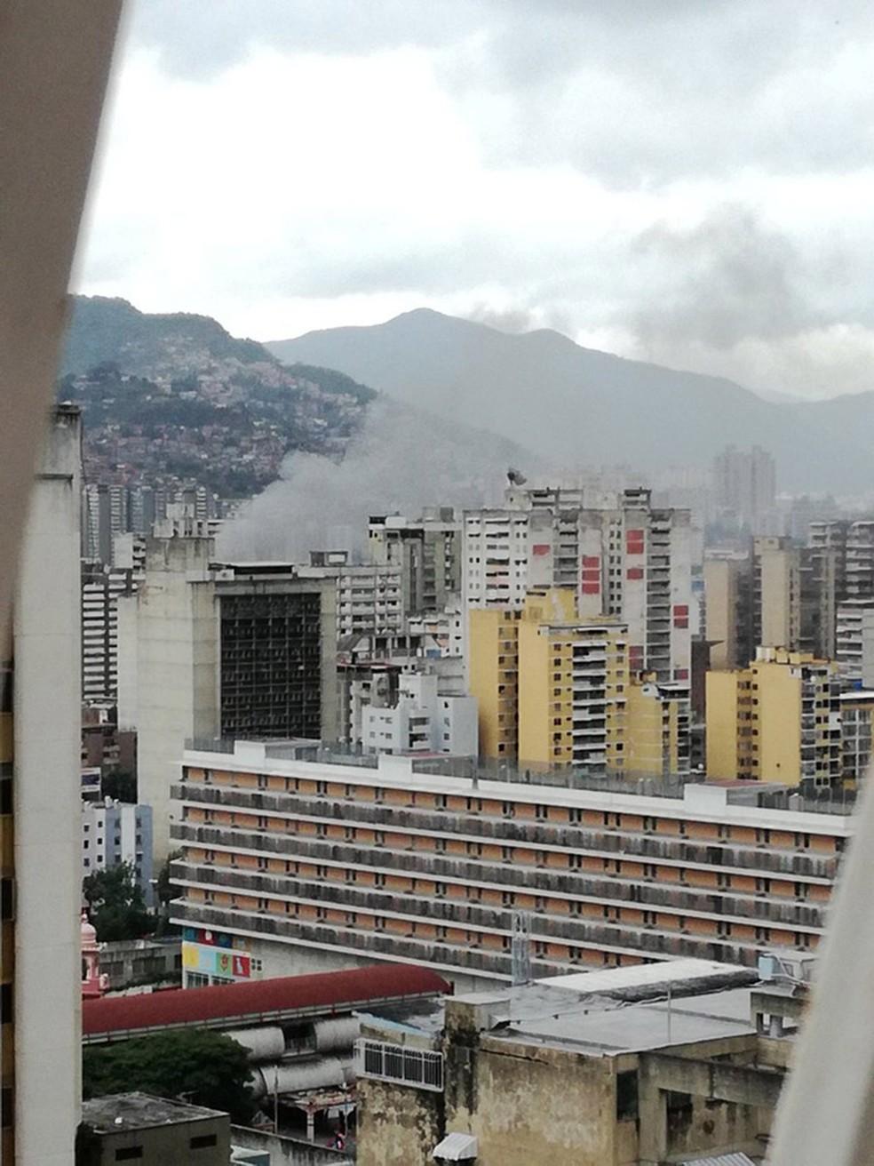 Imagem de um vídeo feito de um prédio próximo ao local da parada militar mostra fumaça após o barulho que interrompeu o discurso de Maduro; governo da Venezuela afirmou que houve um atentado com drones carregados de explosivos (Foto: Cortesia de Manuel Berbin/via Reuters)