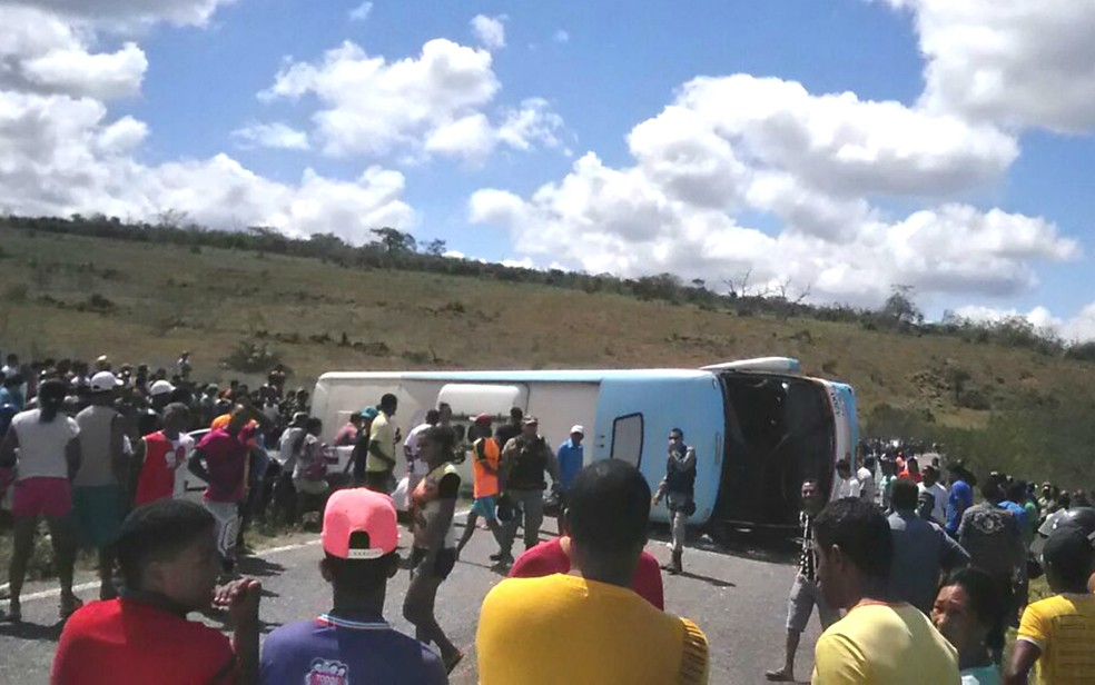 Ônibus tombou na região de Piritiba (Foto: Reprodução/Mídias Sociais)