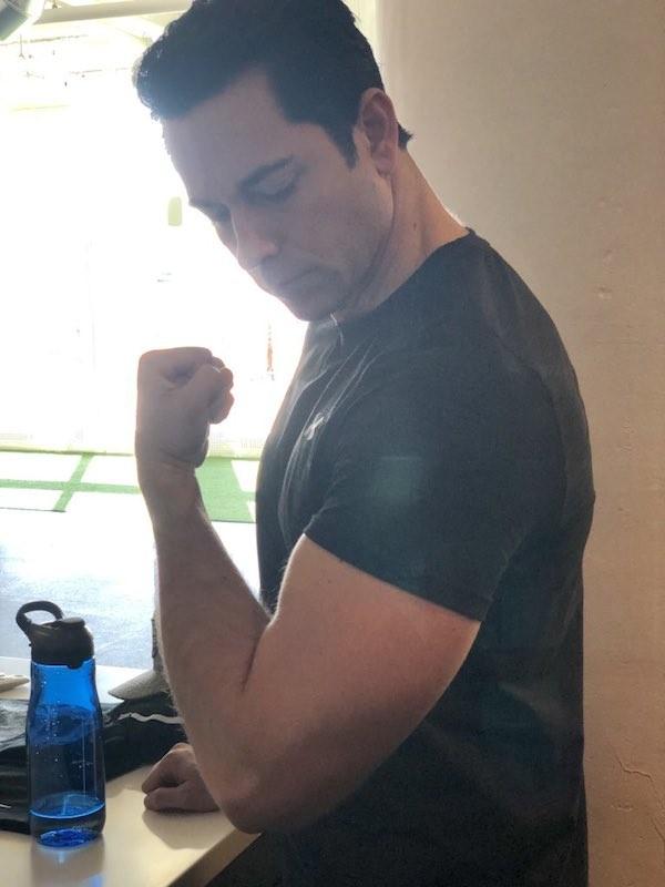 O ator Zachary Levi ostentando seus músculos nas redes sociais (Foto: Twitter)