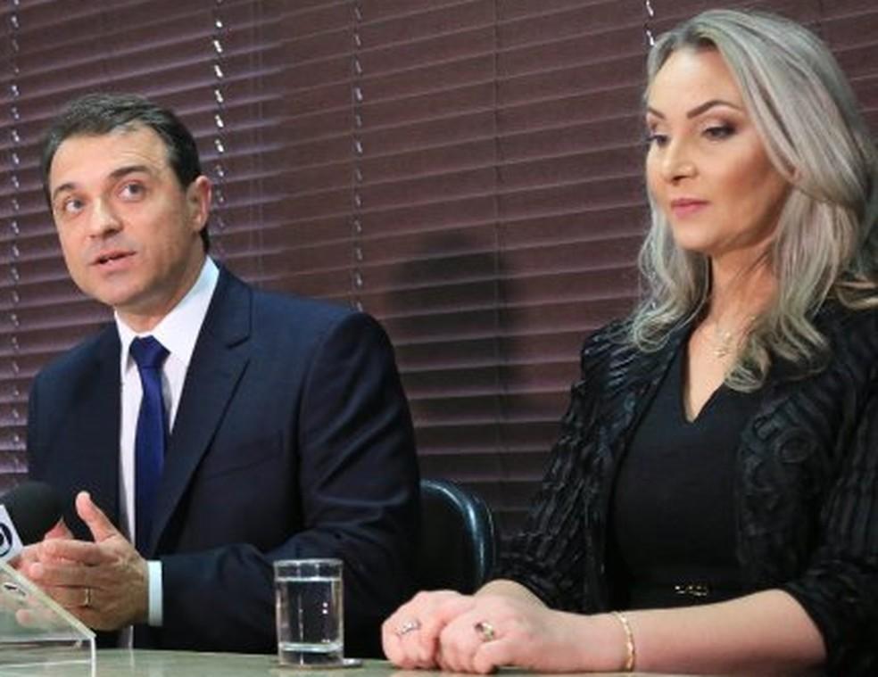 Governador Moisés e a vice, Daniela Reinehr, durante posse na Alesc: agora, ambos são alvo de processo de impeachment — Foto: Júlio Cavalheiro / Secom