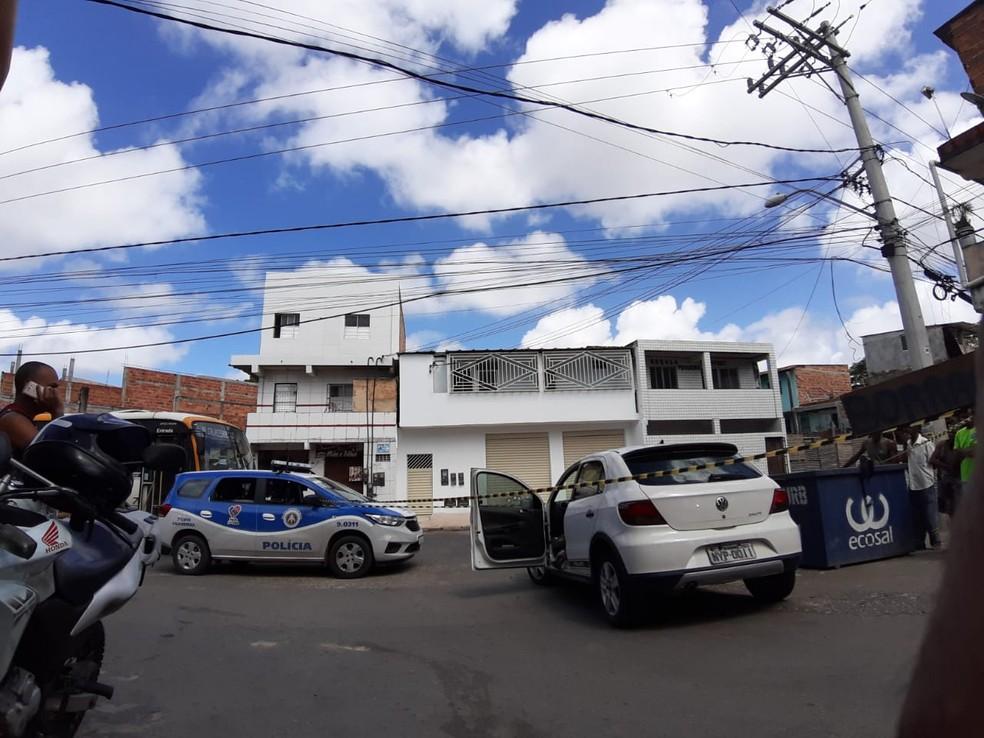 Homem morto dentro de carro no bairro de Cajazeiras, em Salvador — Foto: Raphael Marques/ TV Bahia