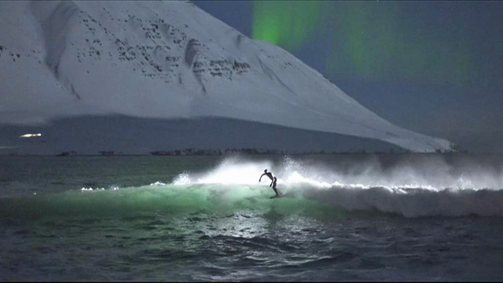 Surfistas enfrentam gelo e surfam sob aurora boreal na Islândia