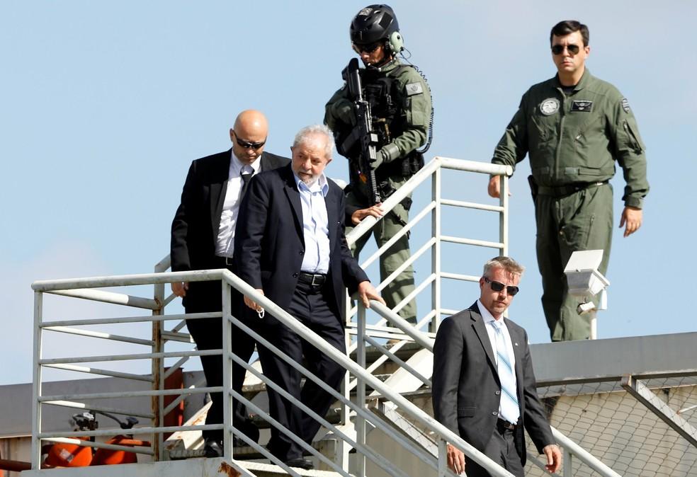 Ex-presidente Lula é escoltado após desembarcar na sede da Polícia Federal em Curitiba neste sábado (2) — Foto: Rodolfo Buhrer/Reuters
