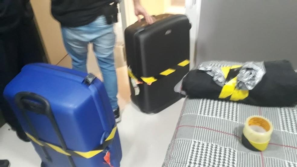 Polícia Federal apreendeu malas com dinheiro durante a 76ªFase da Lava Jato — Foto: Reprodução