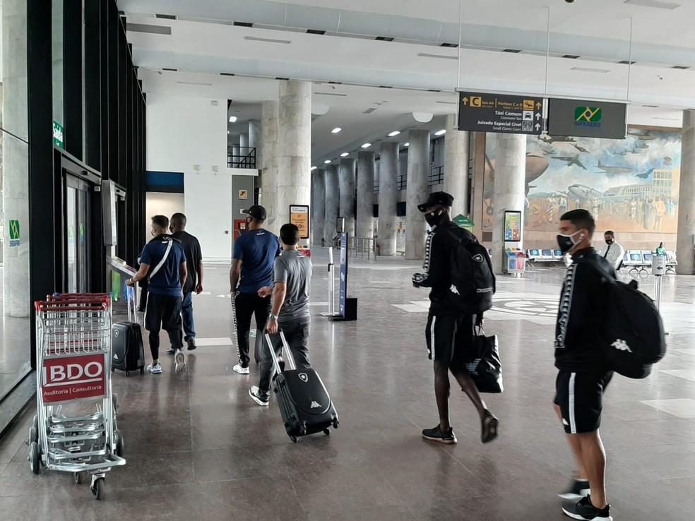 Jogadores do Botafogo desembarcam no Rio após derrota para o Inter — Foto: Davi Barros