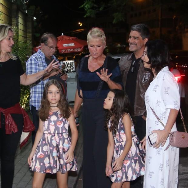 Xuxa e Juno chegam à festa de Maria Flor (Foto: AgNews / Daniel Pinheiro)