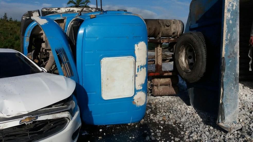 Caminhão carregado de brita tomba depois de bater em dois carros na BR-408, no Grande Recife (Foto: Divulgação/PRF)