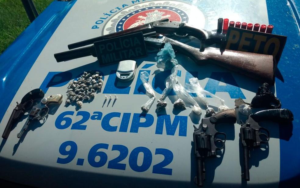Revólveres e espingardas foram apreendidos com suspeitos, segundo PM (Foto: Divulgação / PM)