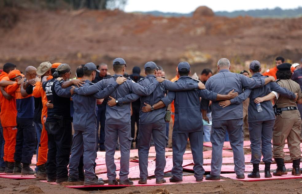 Membros da equipe de resgate participam de missa em homenagem às vítimas da tragédia em Brumadinho — Foto: Adriano Machado/Reuters