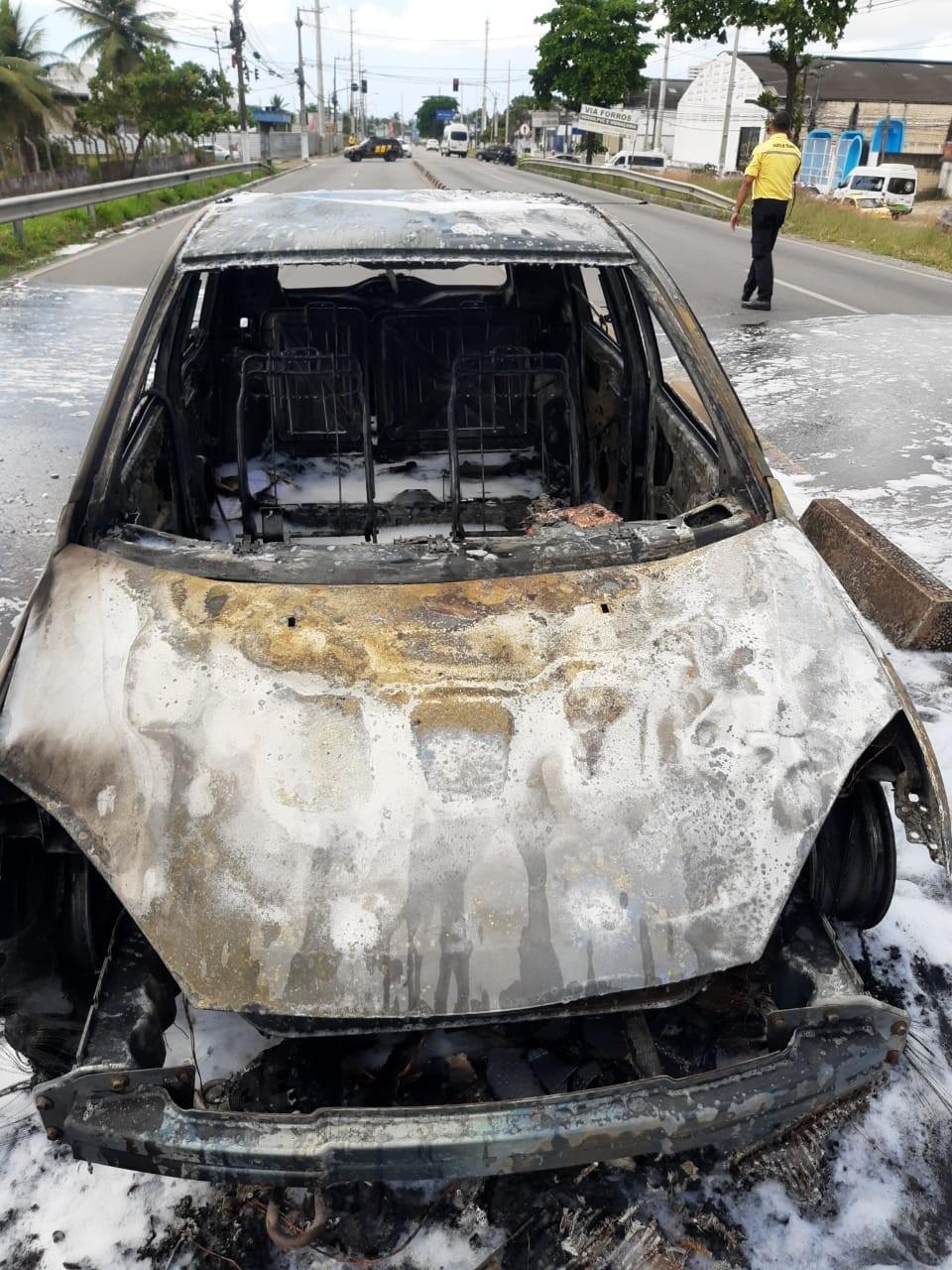 Carro pega fogo na Avenida Menino Marcelo, em Maceió