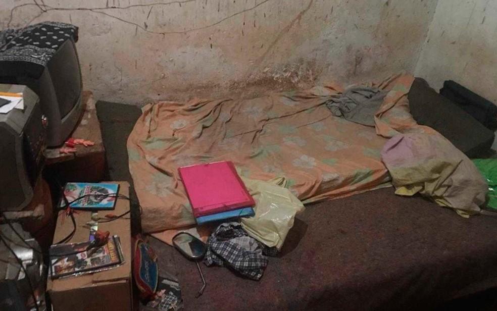 Espaço onde homem dormia no casebre da fazenda de Manoelito Argôlo, em Entre Rios, na Bahia — Foto: Divulgação/Ministério do Trabalho