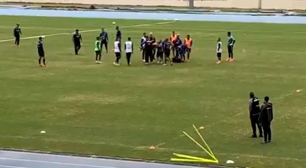 Biro Biro deixa o campo desacordado durante treino do Botafogo — Foto: Reprodução