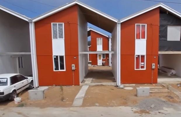 Os moradores do bairro de Villa Verde, em Constitución, no Chile, podem construir a outra metade, se puderem pagar (Foto: Reprodução/YouTube)