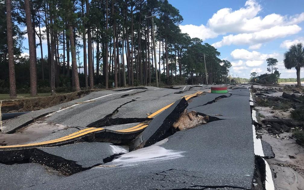 Estrada danificada pela passagem do furacão Michael em Carrabelle, Flórida, na quinta-feira (11) — Foto: Duke Energy/via Reuters