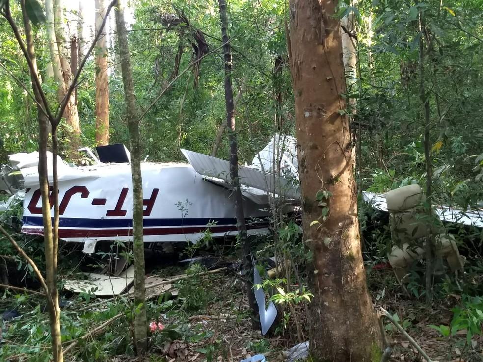 Avião caiu no meio da mata, em Cascavel, na tarde de domingo (17) — Foto: Cícero Bittencourt/RPC