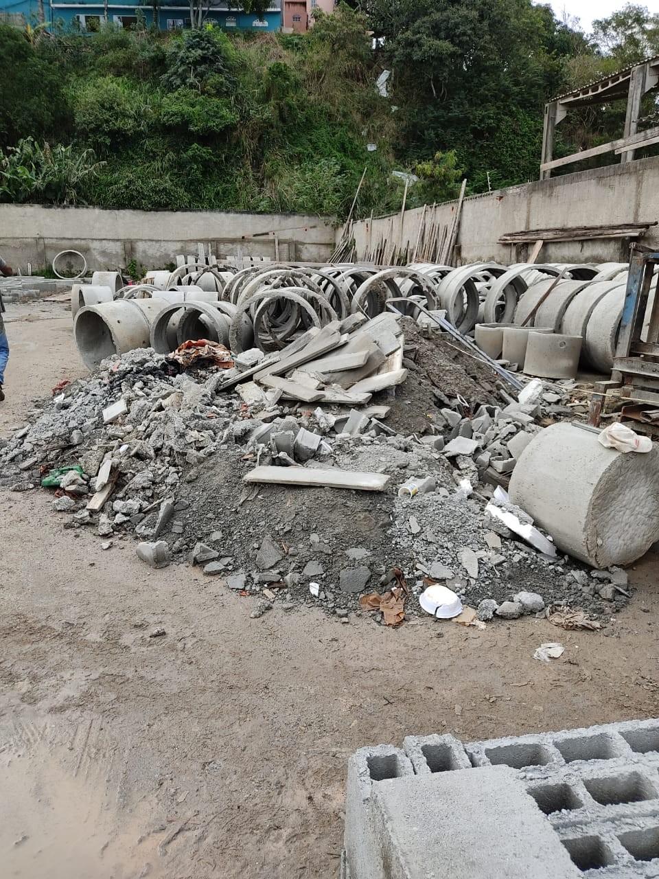 PM flagra fábrica de blocos de cimento sem licença ambiental em São Pedro da Aldeia, no RJ