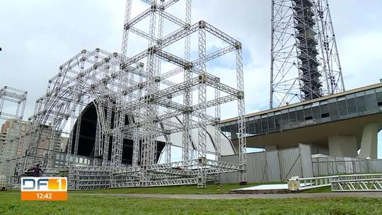 Torre de TV em Brasília se transforma na maior árvore de natal do país
