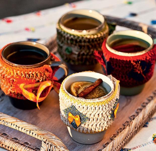 É época de quentão! Para que os convidados não queimem a mão, capinhas de crochê encapam os copos de cerâmica (Foto: Foto Ricardo Corrêa/Editora Globo | Realização Cláudia Pixu | Produção Luana Prade)