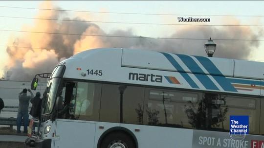 Ônibus atrapalha cinegrafista que filmava implosão de estádio nos EUA