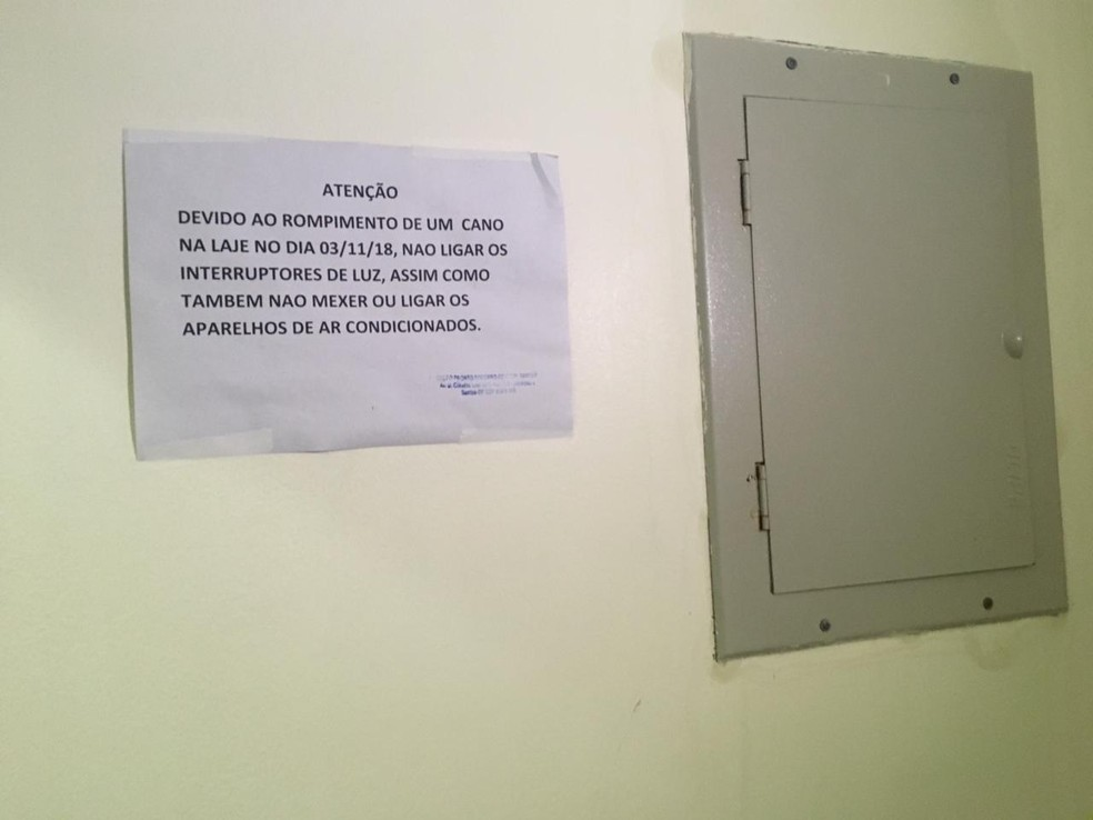 Após rompimento de cano, orientação é que não interruptores não sejam ligados — Foto: Solange Freitas/G1