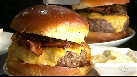 Aprenda a fazer um hambúrguer especial na grelha