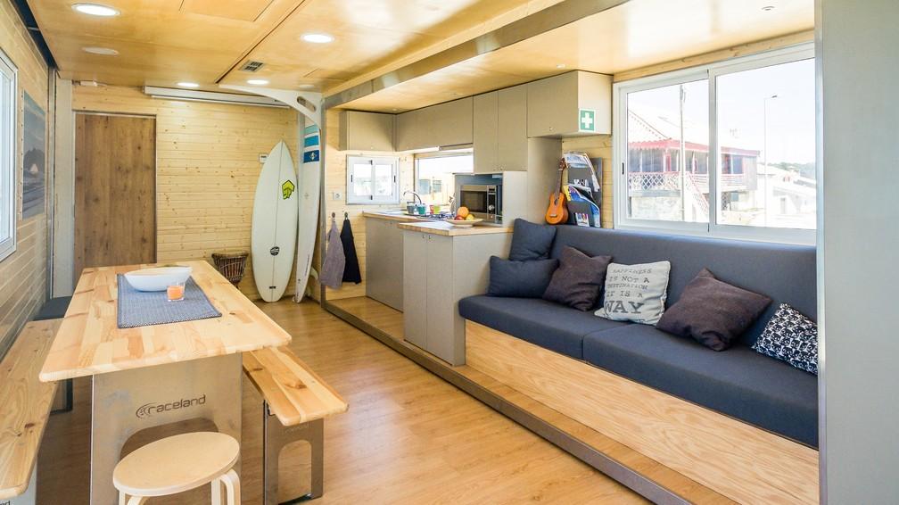 A sala de estar e a cozinha estão localizadas no primeiro andar do caminhão. (Foto: Divulgação Surf Truck Hotel)