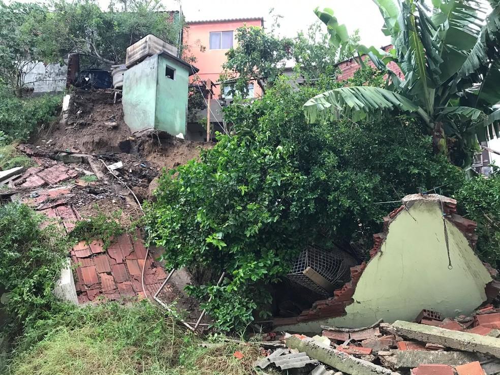 Muro de uma residência no bairro Prainha, em Arraial do Cabo, RJ, caiu após chuva intensa — Foto: Laila Hallack/Inter TV