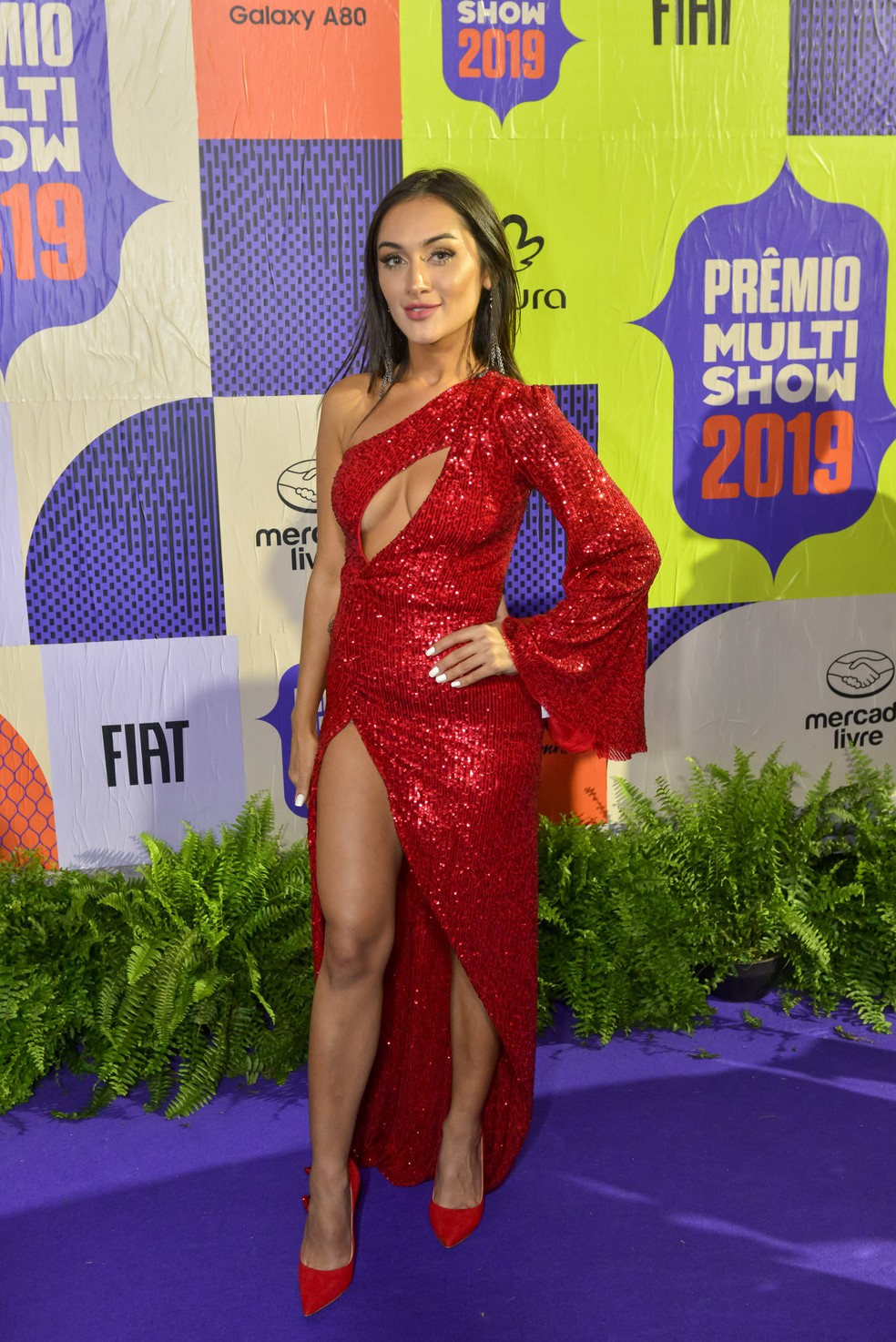 Gabriela Melim brilhou com um vestido vermelho com fenda — Foto: Fabio Cordeiro/Gshow