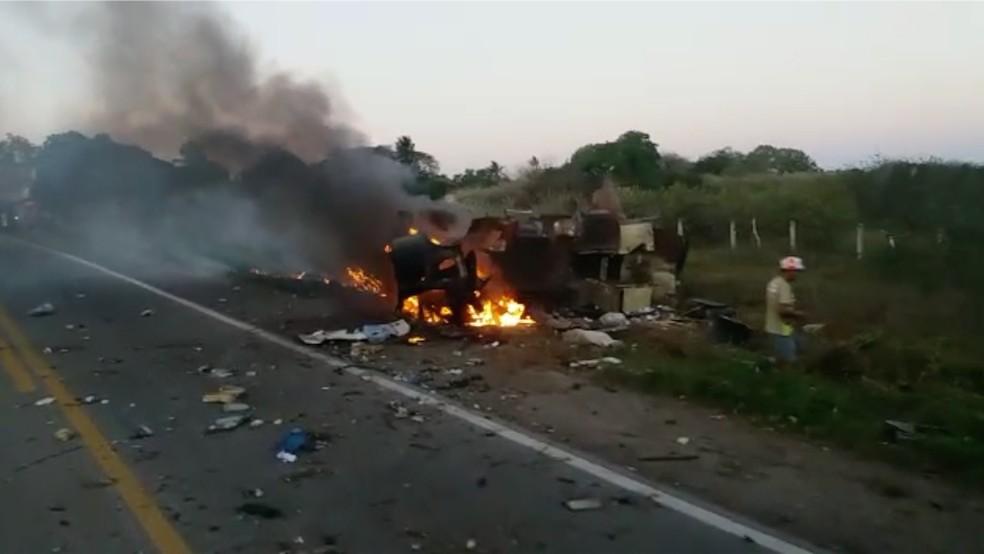 Carro-forte foi explodido por bandidos — Foto: Redes Sociais