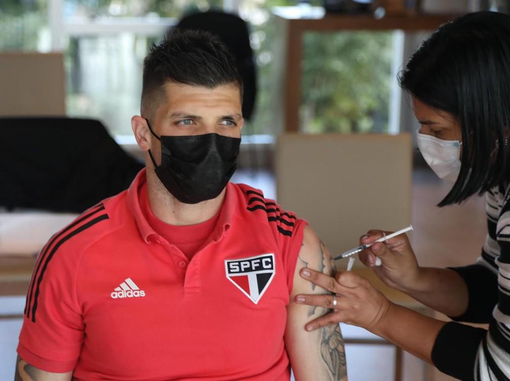 Tiago Volpi, goleiro do São Paulo, recebeu a primeira dose da vacina nesta quinta-feira — Foto: Rubens Chiri/saopaulofc