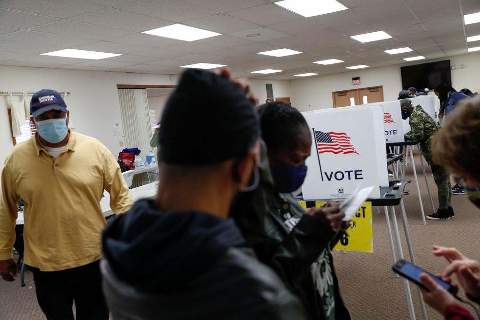 Eleitores votam na eleição dos EUA na cidade de Flint, em Michigan, em 3 de novembro — Foto: Shannon Stapleton/Reuters
