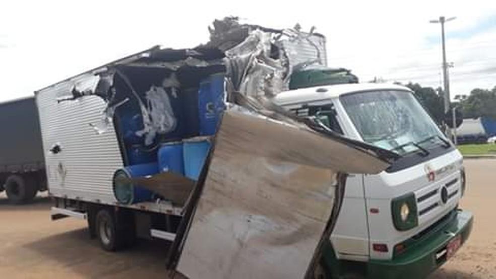 Caminhão ficou destruído depois de bater em hélice de helicóptero, em Rio Branco — Foto: Arquivo pessoal