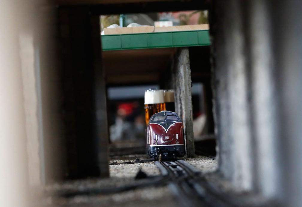 Trem de cerveja em restaurante de Praga (Foto: Petr David Josek/AP)