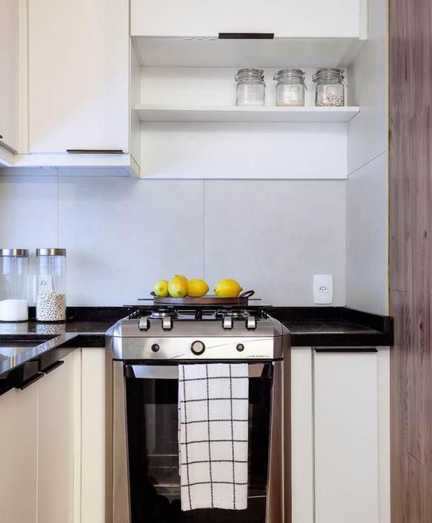 A cozinha ganhou móveis da Todeschini Copacabana (Foto: Dhani Borges)