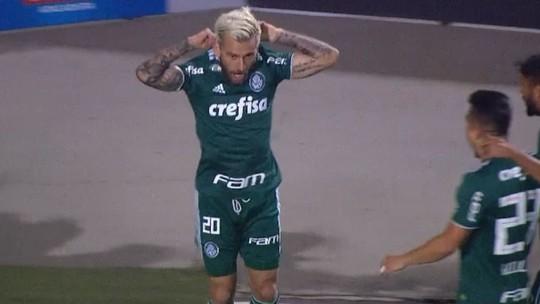 Lucas Lima marca no clássico, mostra camisa, se ajoelha e recebe cartão amarelo