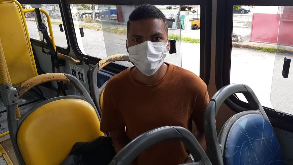 ENEM 2020 - 17/01/2021. Leonardo Júlio Dantas, de 25 anos, dentro do ônibus circular da UFRN, relata medo de fazer a prova do Enem durante a pandemia. — Foto: Julianne Barreto/Inter TV Cabugi