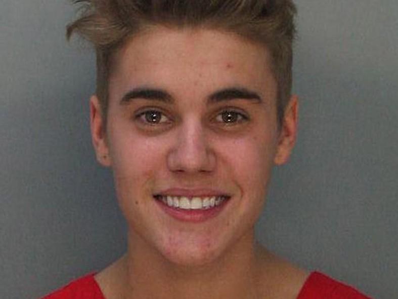 De menino comportado a adolescente rebelde. Justin Bieber foi preso em janeiro de 2014, aos 19 anos, por praticar racha em uma rua residencial de Los Angeles.