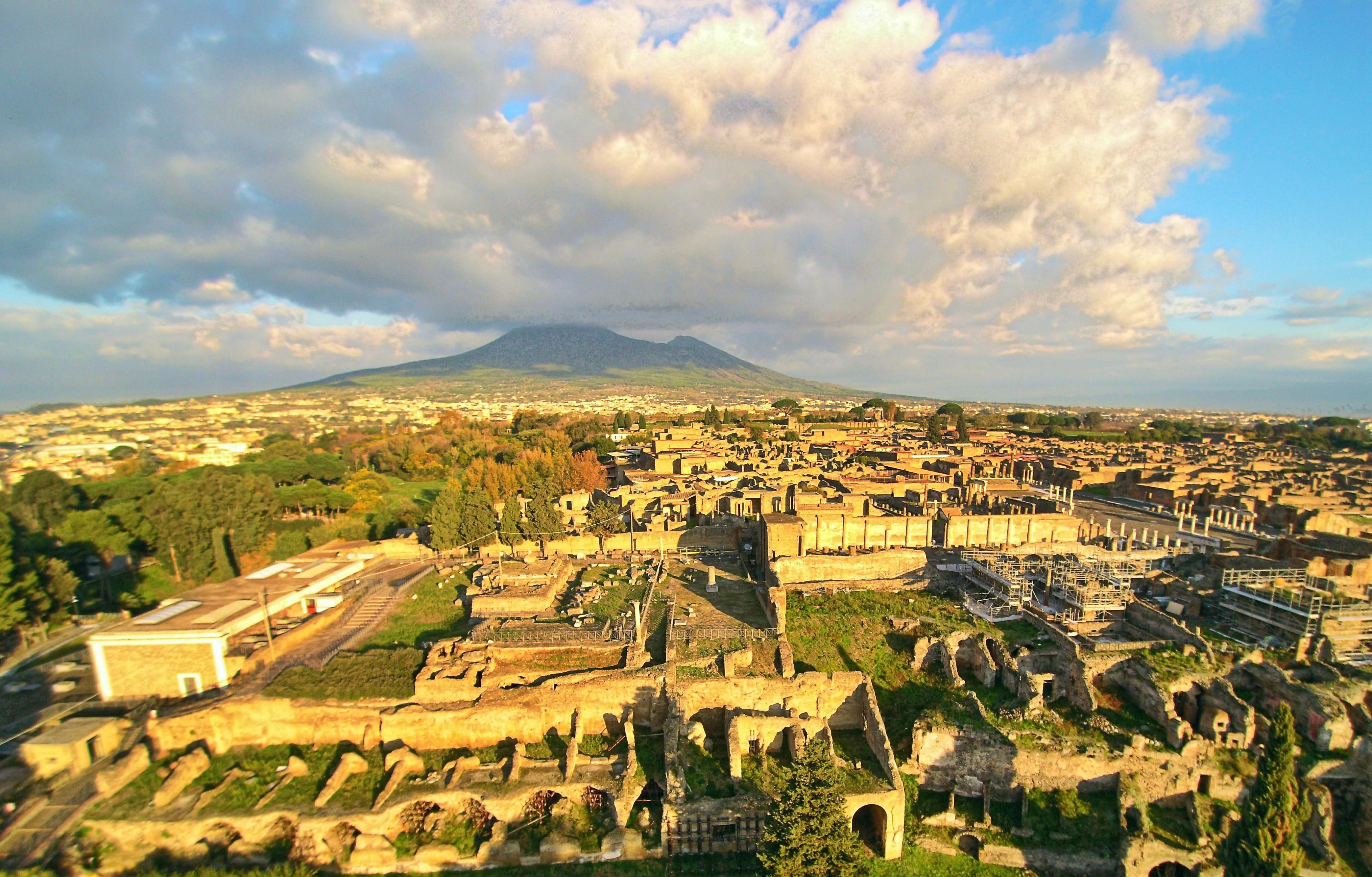 Ruínas de Pompeia com o vulcão Vesúvio ao fundo (Foto: Wikimedia/ElfQrin)