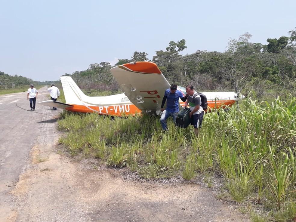 Avião foi parar dentro do capim após perder o trem de pouso — Foto: Cláudio Farias/Arquivo pessoal