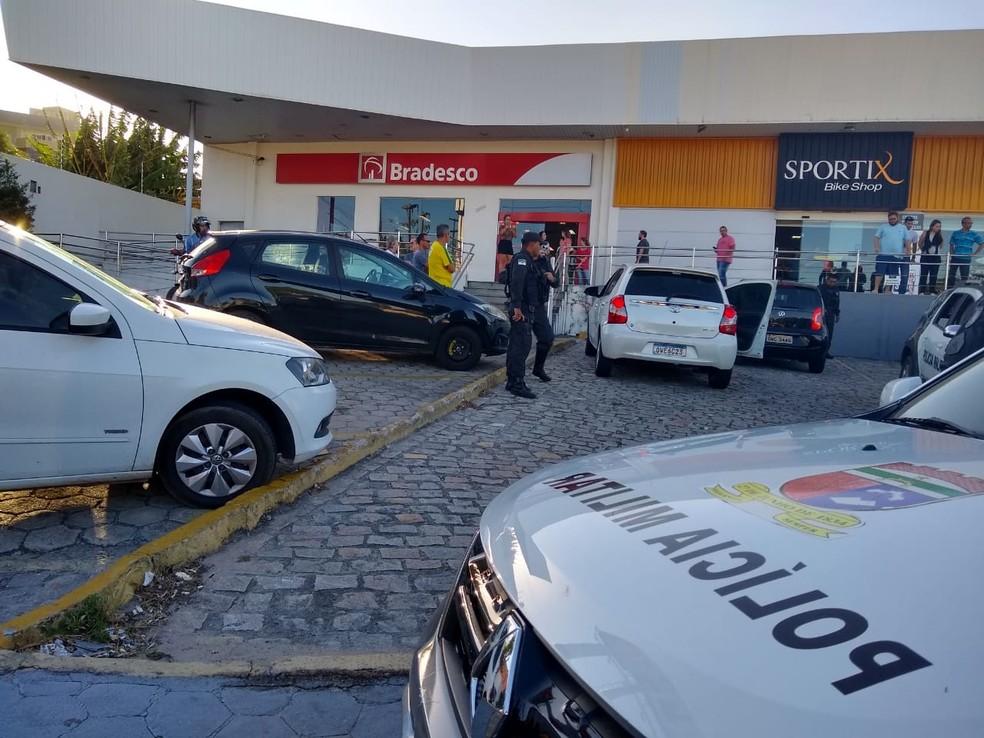 Casal estava em carro branco (com porta aberta), quando foi baleado na Zona Sul de Natal. — Foto: Igor Jácome/G1