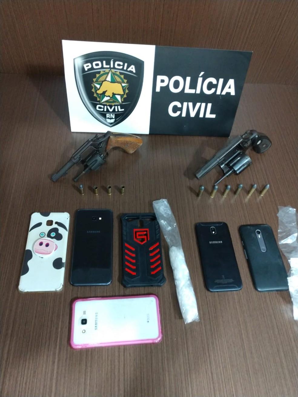 Armas e celulares foram apreendidos durante operação em Macaíba, na Grande Natal — Foto: Polícia Civil/Divulgação
