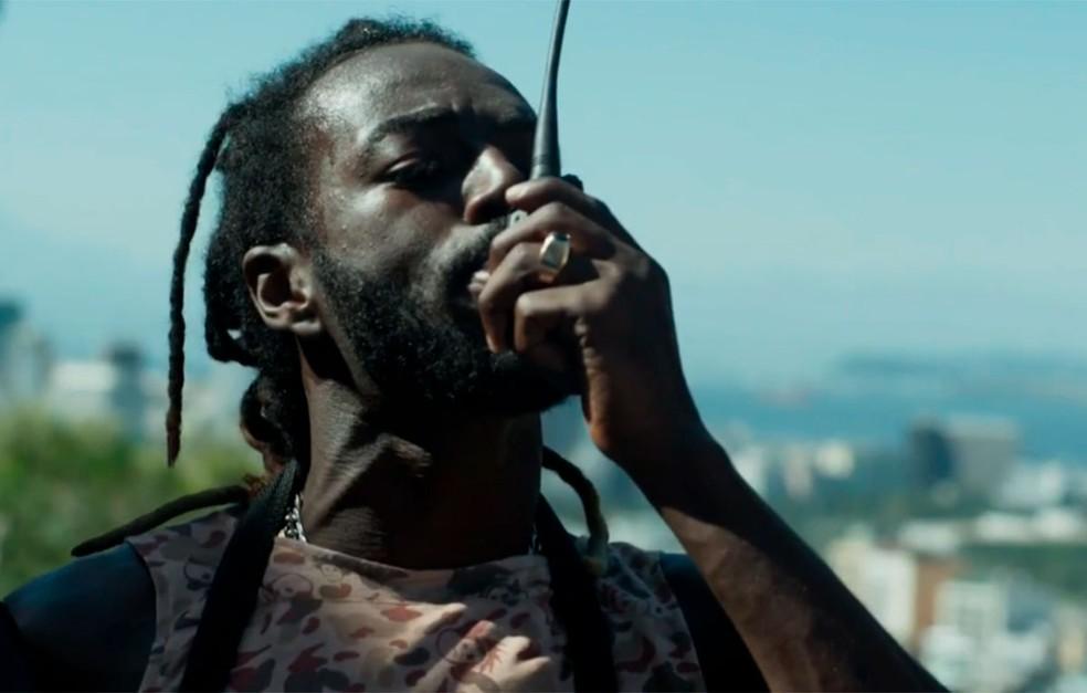 Em 'A Força do Querer', Sabiá (Jonathan Azevedo) é um dos bandidos que a polícia procura — Foto: Globo