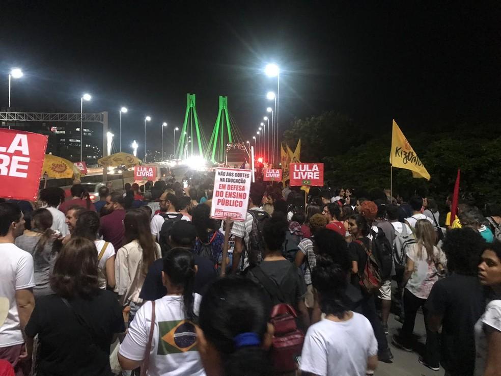 VITÓRIA, 18h20: Manifestantes em direção à Ponte da Passagem — Foto: Naiara Arpini/G1