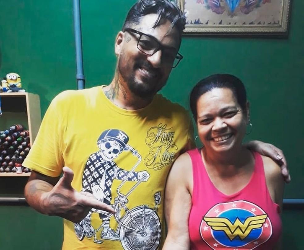 Tatuador e dona de casa postam foto após tatuagem de pênis no braço — Foto: Reprodução Facebook