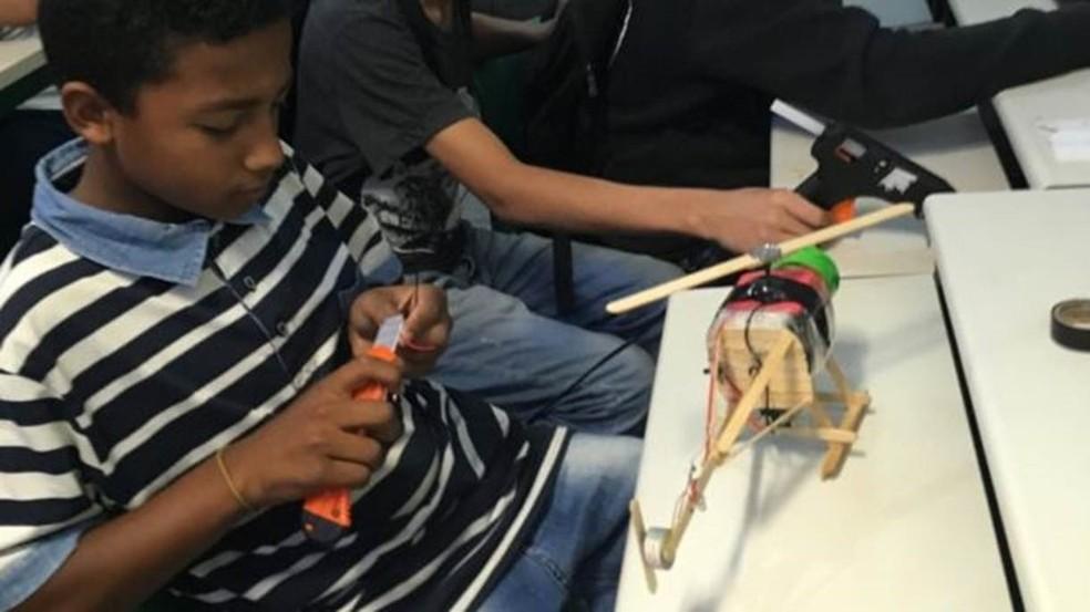 No início do projeto, estudantes criavam brinquedos que sempre quiseram ter e não tinham — Foto: Arquivo pessoal