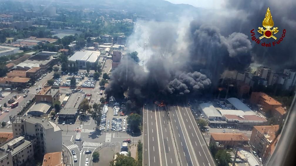 Explosão em rodovia de Bolonha, na Itália, causa grande coluna de fumaça nesta segunda-feira (6) (Foto: Handout/ Vigili del Fuoco/ AFP)