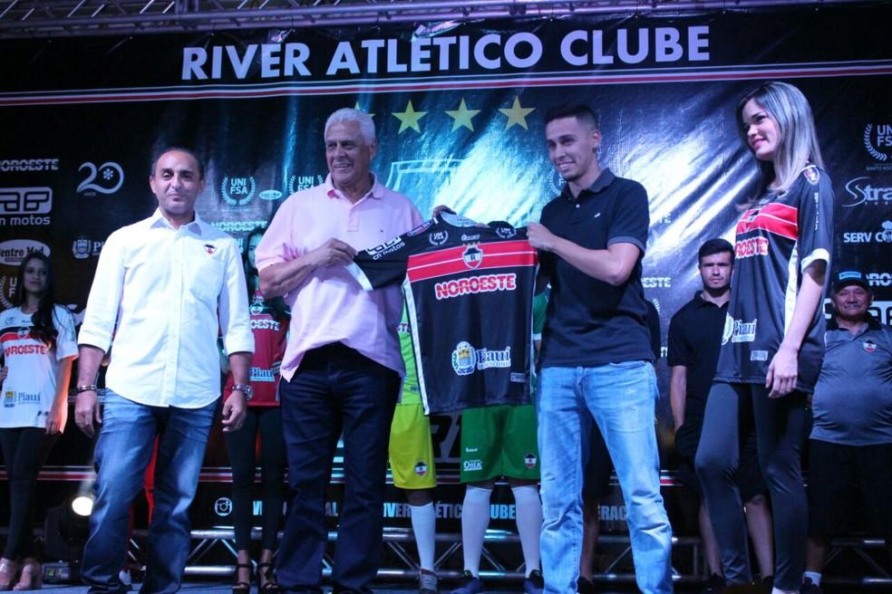Rodrigo Dinamite foi apresentado no River-PI em dezembro de 2017, ao lado do pai (Foto: Wenner Tito/GloboEsporte.com)