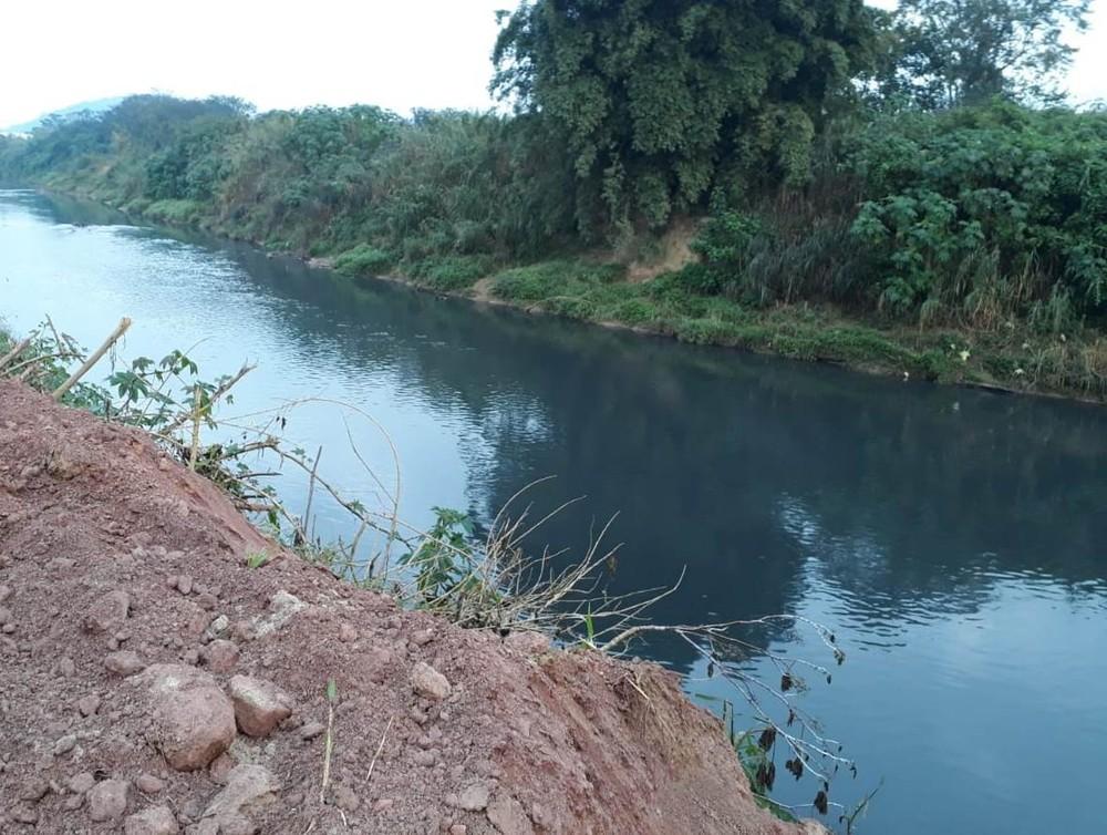 Mancha de cor azulada com origem desconhecida no rio Itajaí-Mirim é investigada em Brusque